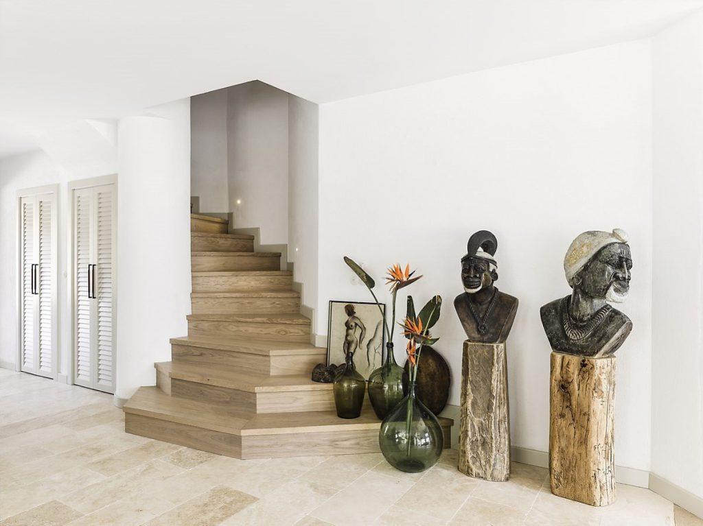 Cầu thang có bục gỗ được trang trí với những vật dụng khác lạ