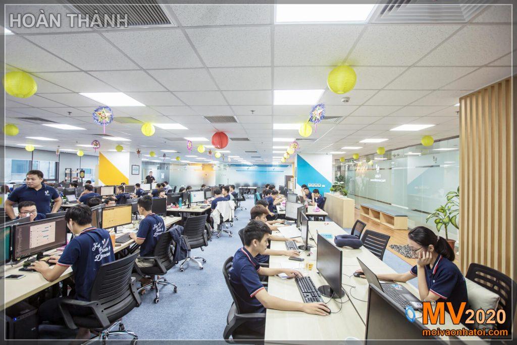 A empresa projeta e constrói móveis de escritório modernos