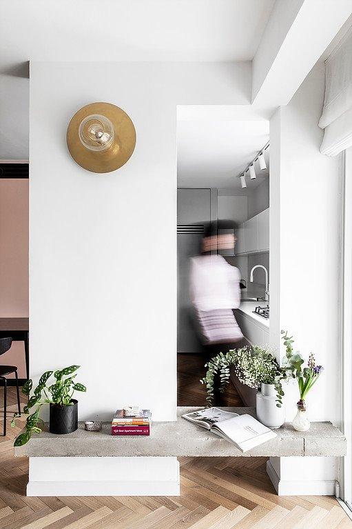 Ô cửa hẹp ngăn cách phòng khách và bếp
