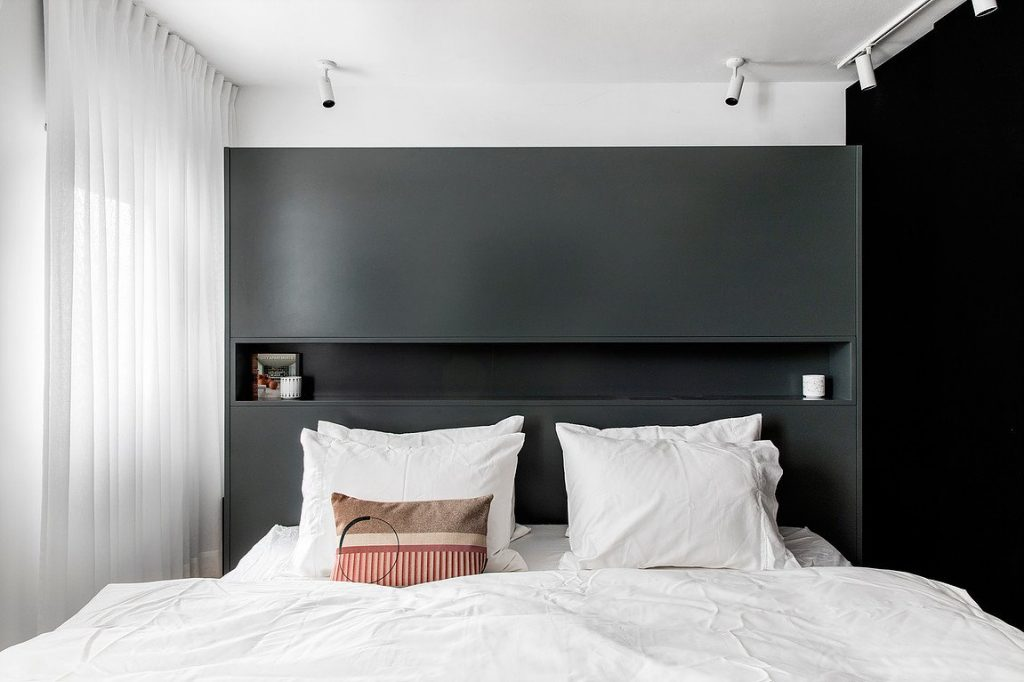 Đầu giường chính là kệ dể đồ đầy ấn tượng