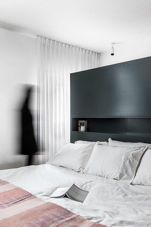 Không gian vẫn đảm bảo tính sáng sủa nhờ tường sơn trắng, và ô cửa kính đón nắng