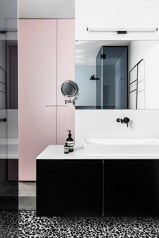 Phòng tắm với kiểu sàn terrazzo vốn là đặc trưng cho phong cách hiện đại mang tông màu độc đáo