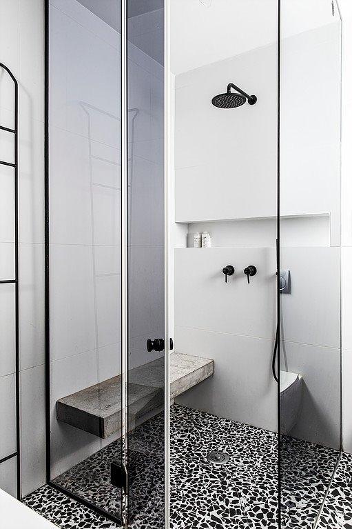 Khu tắm đứng được ngăn cách bởi lớp bóng kính cường lực màu ghi đen hiện đại