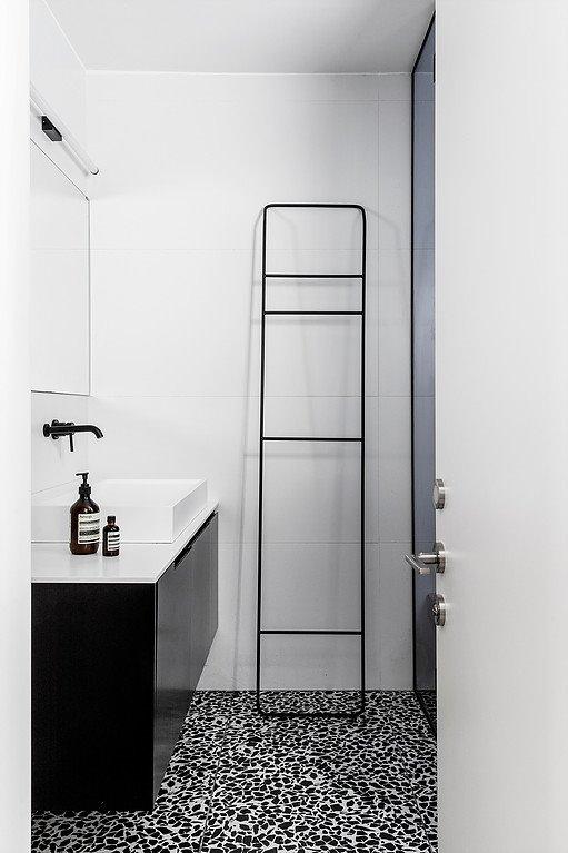 Lát tường phòng tắm bằng gạch men trắng sạch sẽ