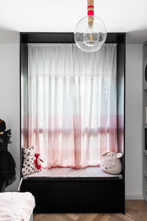 Phòng ngủ cho trẻ em với bậc thềm bên cửa sổ để vui chơi, đọc sách