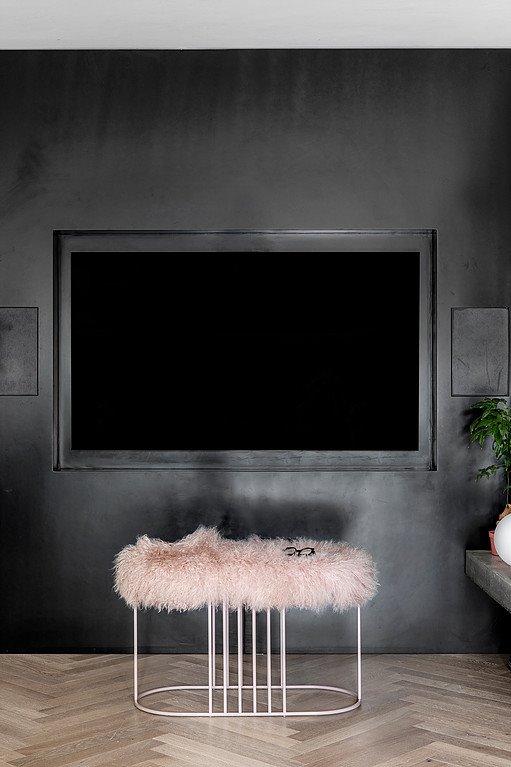 Mảng tường để TV mang tông màu đen táo bạo là điểm nhấn hút mắt
