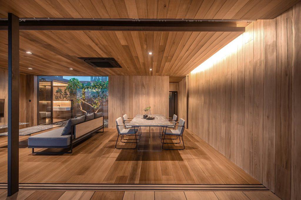 Lối hành lang nhỏ bằng gỗ lim từ phòng ăn dẫn đến nhà bếp