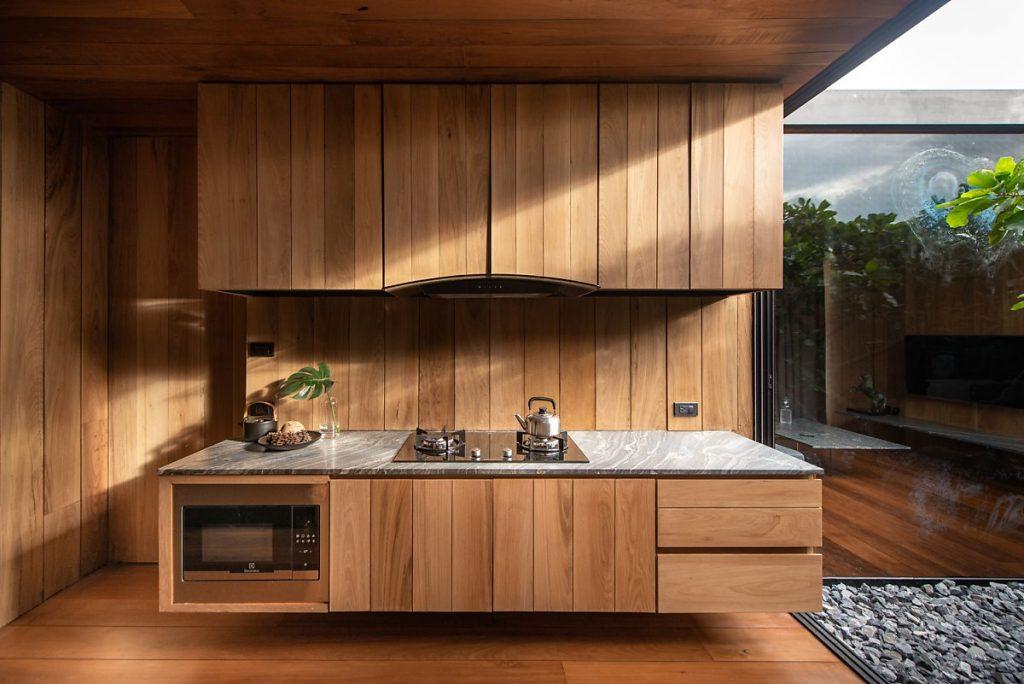 phòng bếp với tủ bếp mộc mạc, giản dị bằng gỗ lim