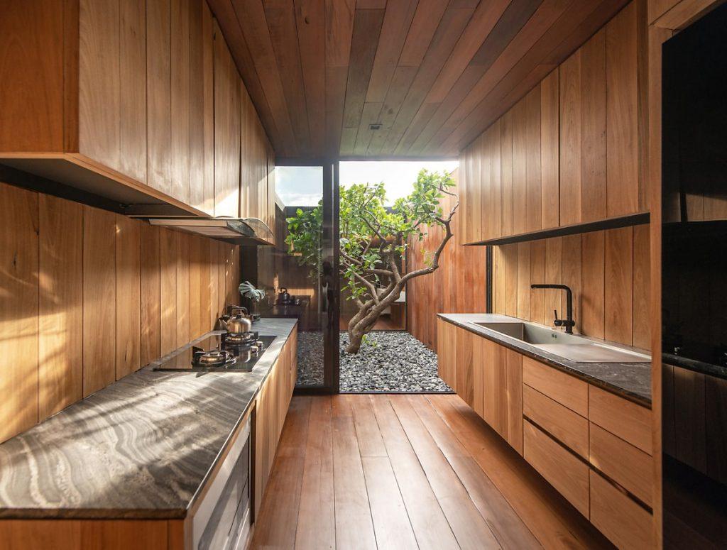 Tủ bếp tích hợp bồn rửa được đặt đối diện với tủ tích hợp bếp nấu