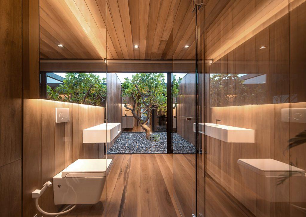 Toàn bộ phòng tắm của căn hộ penthouse này được bao phủ bởi gỗ lim có độ chống nước cực cao