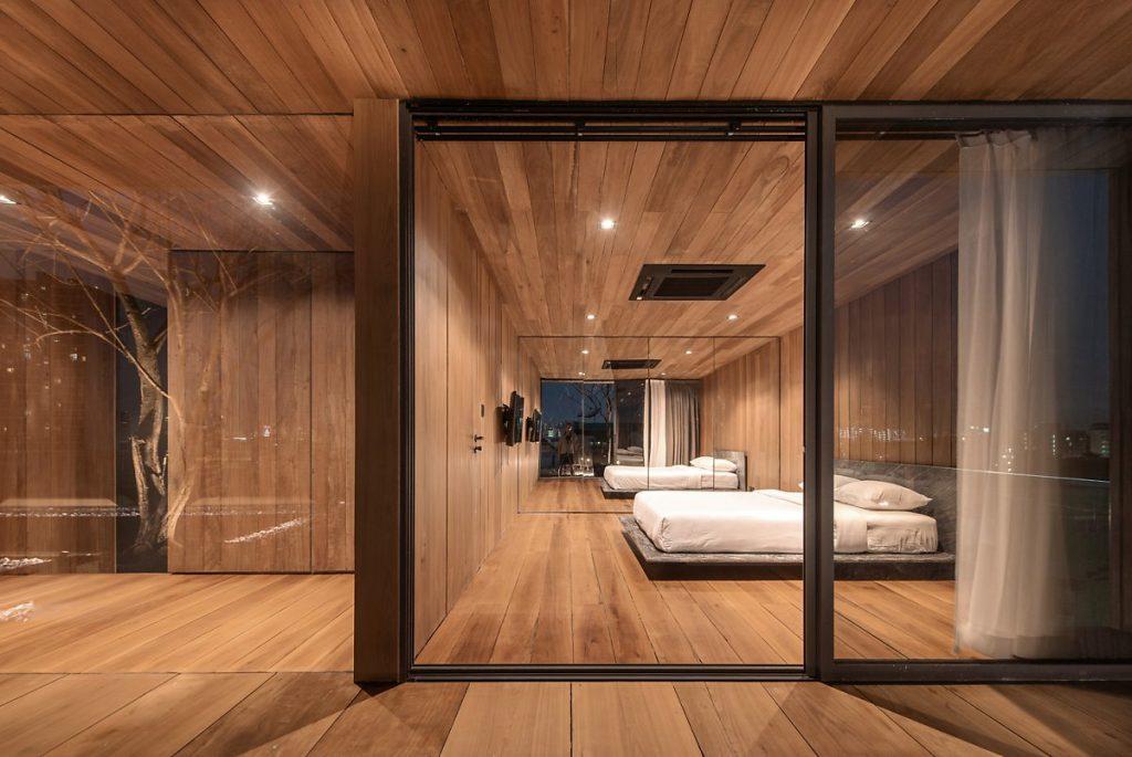 Phòng ngủ chung với tường gương tạo độ phản chiếu giúp không gian rộng mở hơn