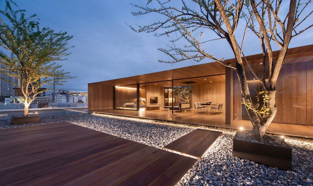 Sân thượng với những tấm gỗ lim cùng rất nhiều đá cuội trang trí xung quanh