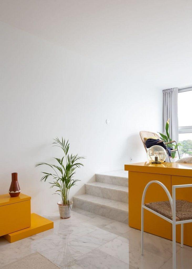 Những bồn cây xanh được bố trí linh hoạt tại căn hộ studio để đem thiên nhiên vào nhà