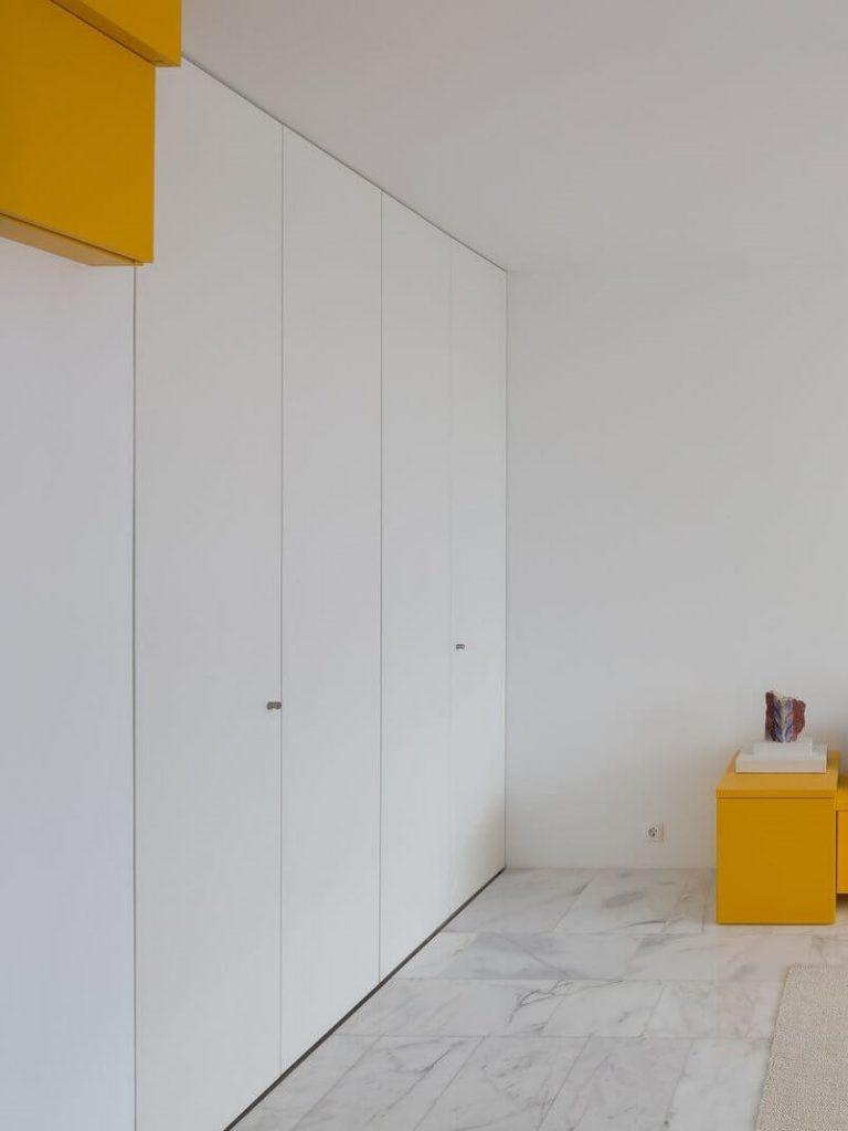 Chiếc tủ quần áo được thiết kế cao kịch trần đặt ngay tại phòng khách của căn hộ studio