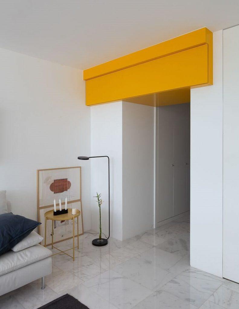 Lối hành lang nhỏ có điểm nhấn của căn hộ studio