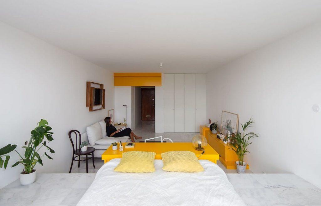 Không gian mở với tông màu trắng-vàng chủ đạo của căn hộ studio