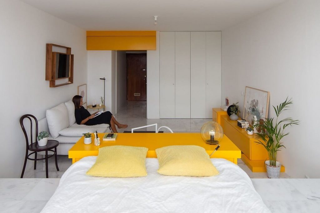 Từ phòng ngủ có thể nhìn thấy toàn bộ không gian phòng khách của căn hộ studio này