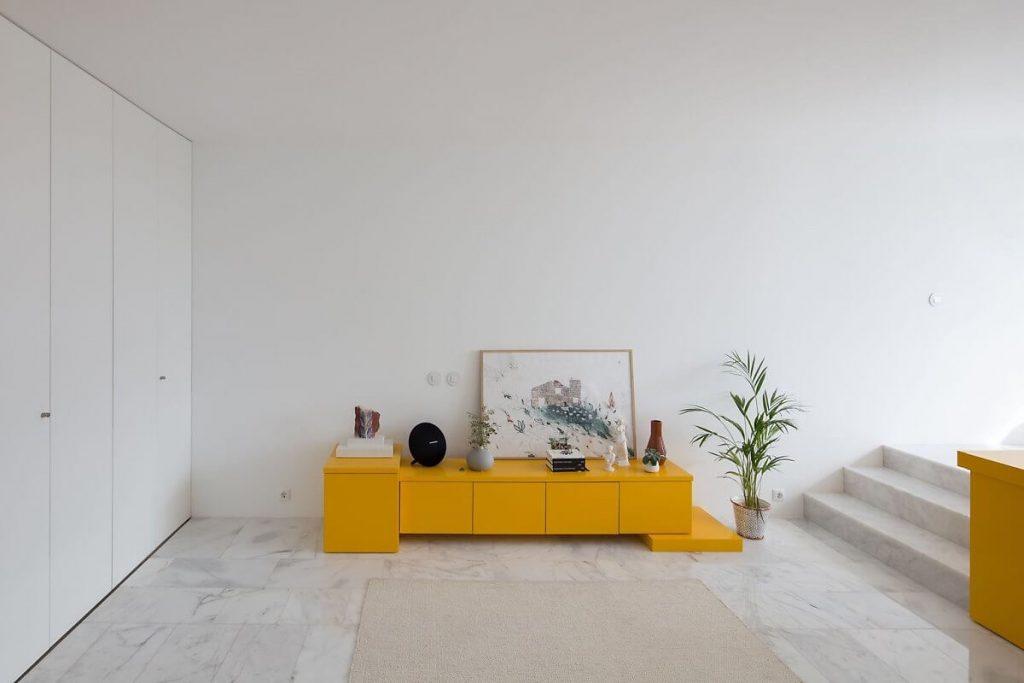 Chiếc kệ tủ nhỏ đựng đồ trang trí mang tông màu vàng bắt mẳt