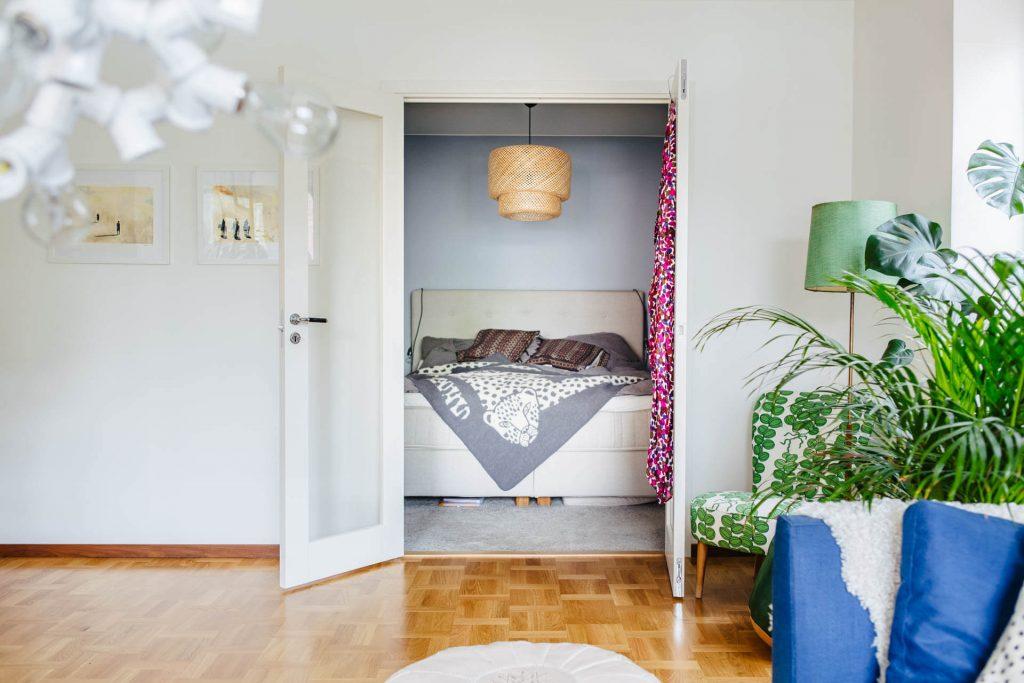cửa kính tạo không gian mở cho phòng ngủ