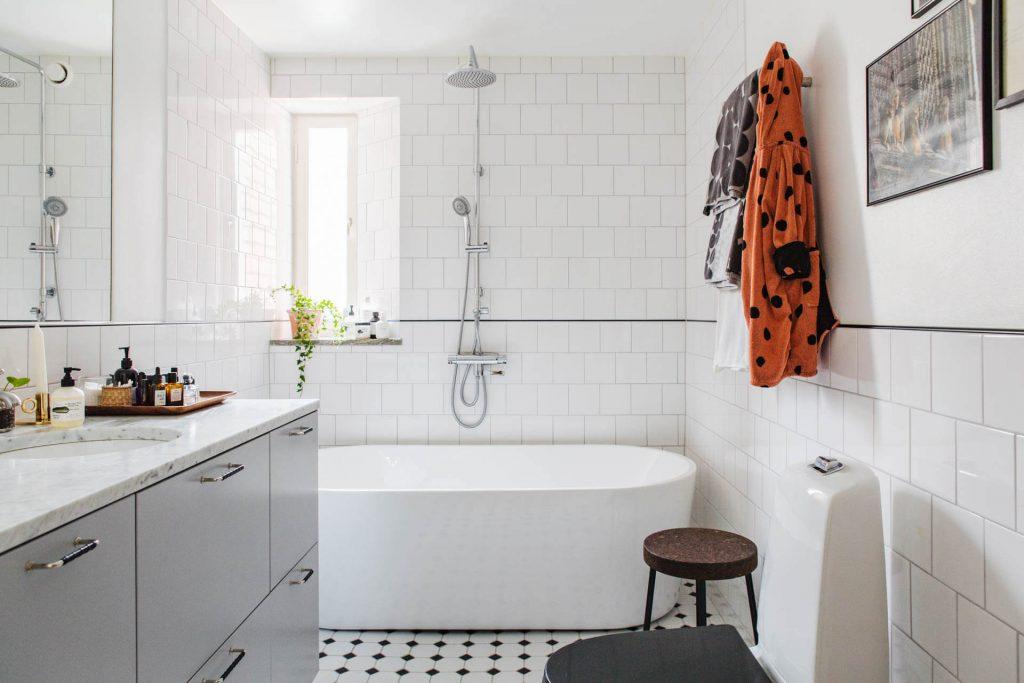 nhà vệ sinh có bồn tắm tủ gỗ - thiết kế mở