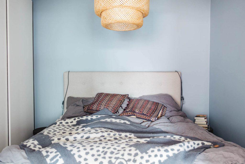phòng ngủ tông màu xanh có đèn trần nghệ thuật