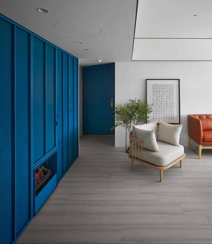 Phòng khách với những chiếc ghế chân thấp làm bằng gỗ công nghiệp
