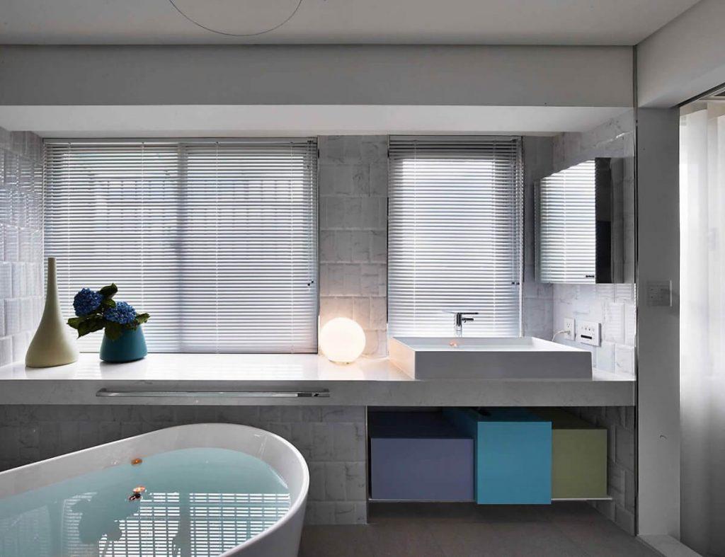 phòng tắm phong cách retro nhờ những thùng trang trí sắc màu
