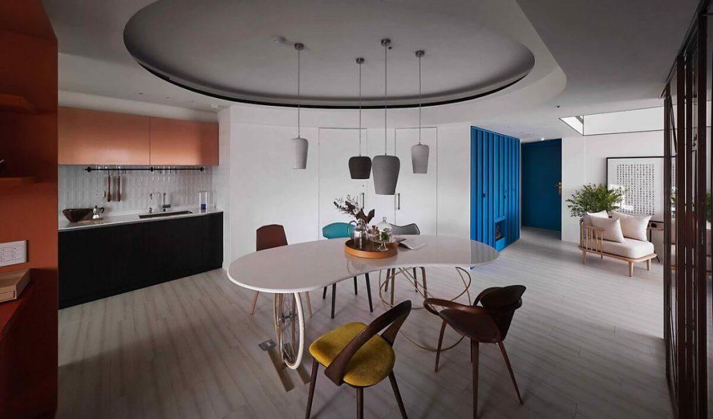 Phòng ăn với kiểu trần cong và cách lựa chọn ghế sắc màu mang đậm phong cách retro