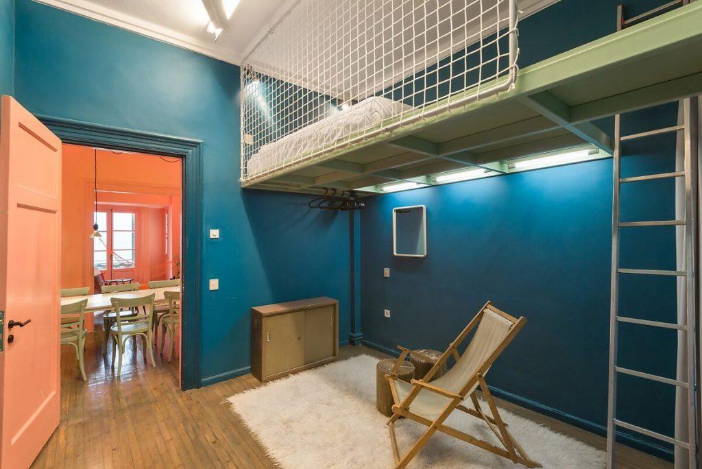 căn phòng nhỏ tràn ngập trong màu xanh cô-ban