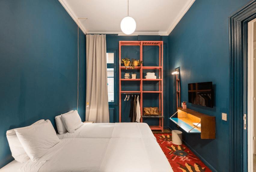 cách phối màu nội thất phòng ngủ trong tông màu nền xanh cô-ban