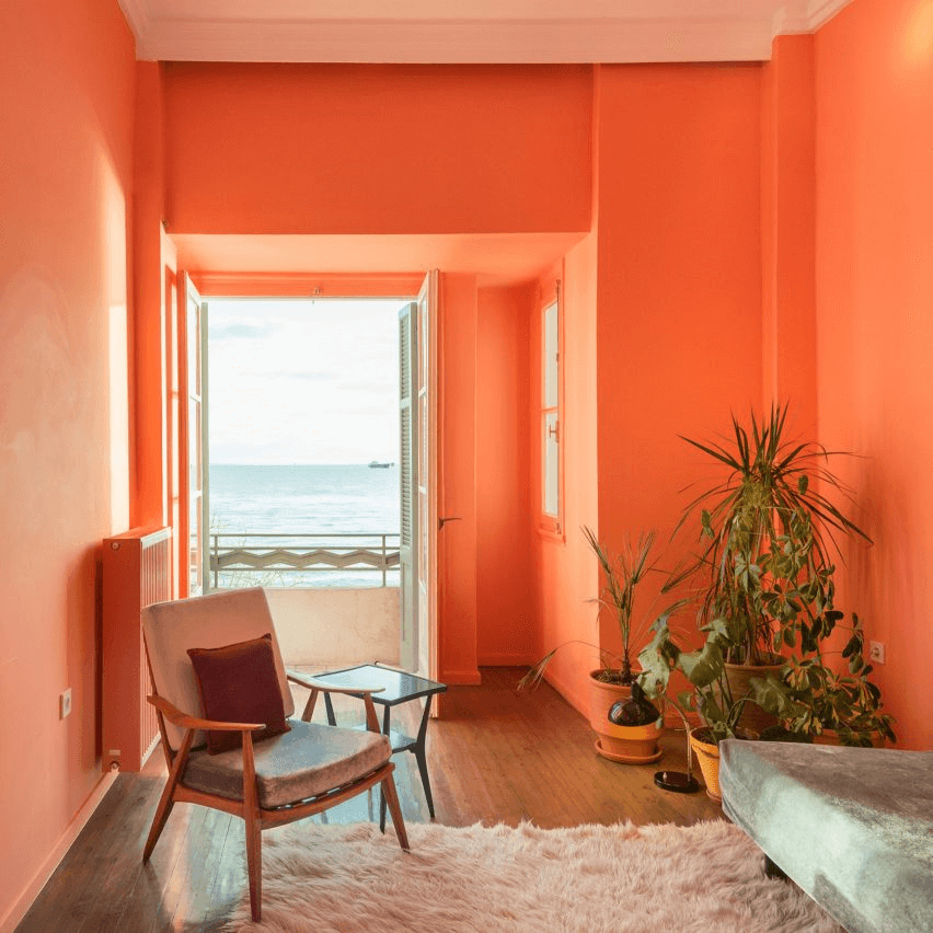 Phòng khách tông cam có hướng nhìn ra bãi biển