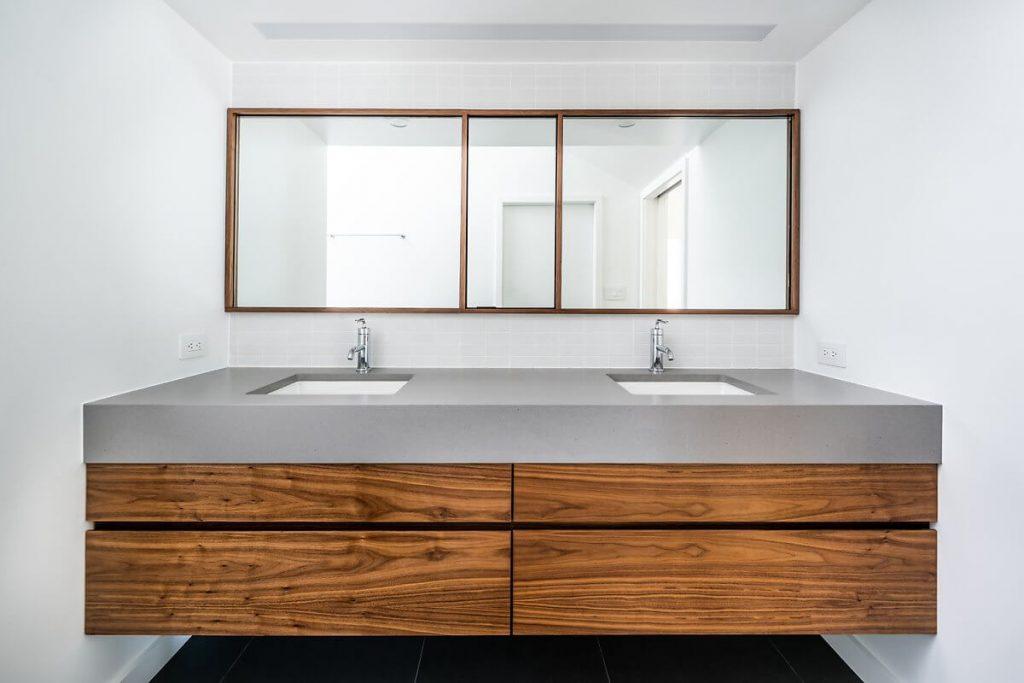 Tủ để lavabo được làm bằng gỗ với mặt bàn đá sang trọng