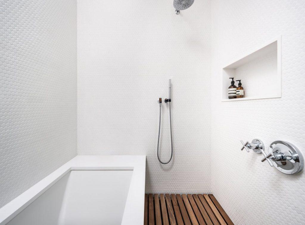 Phòng tắm đầy đủ tiện nghi với bồn tắm nằm và chỗ tắm kiểu Nhật có sàn gỗ