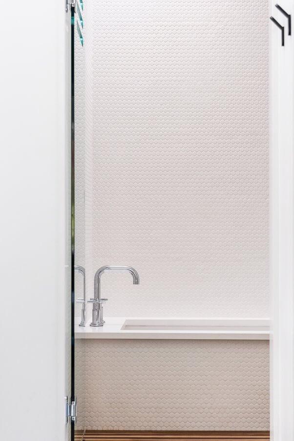 Khu tắm được ngăn cách bởi lớp kính cường lực