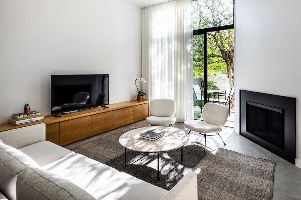 Nội thất phòng khách của căn nhà 2 tầng mang phong cách minimalism