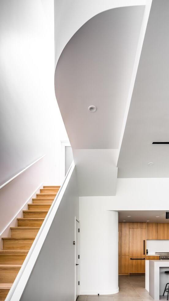 Cầu thang dẫn lên tầng 2 cũng mang đậm sự tối giản của phong cách minimalism