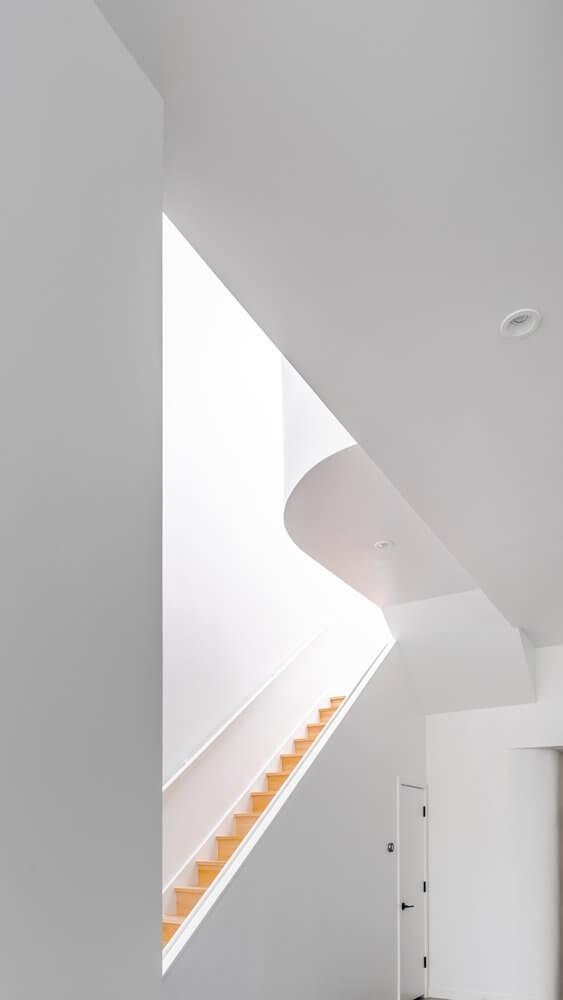 Kiểu trần độc đáo tạo thêm điểm nhấn giúp phong cách minimalism không bị đơn điệu