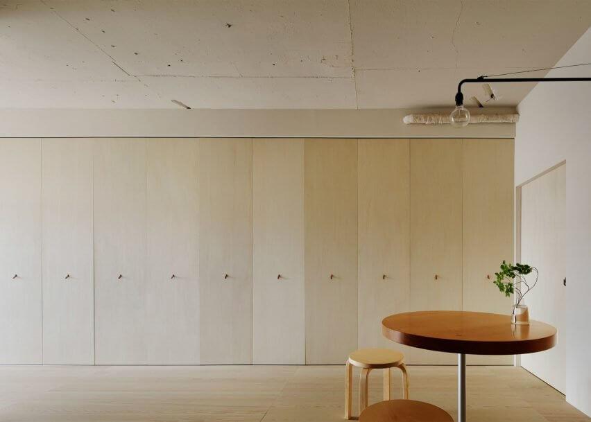 tủ xếp âm tường là điển hình cho thiết kế nội thất thông minh