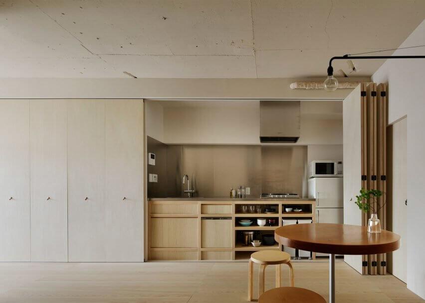 nội thất tủ bếp được thiết kế thông minh đằng sau cánh tủ