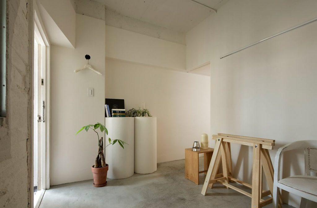 nội thất thông minh được sắp xếp gọn gàng tại lối đi của căn hộ nhỏ