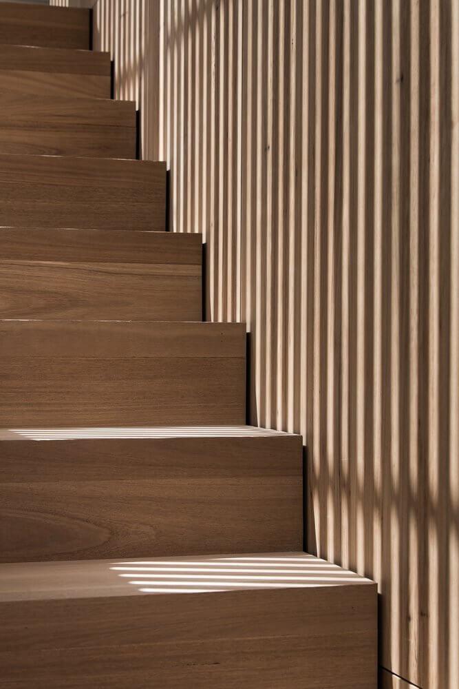 Những bậc thang bằng gỗ