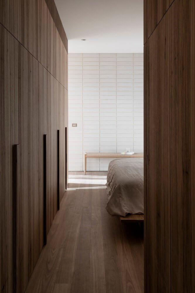 Sự hài hòa giữa nội thất gỗ với gạch ốp tường trang trí tại phòng ngủ