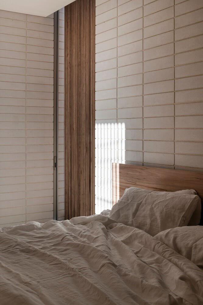 Gạch ốp trang trí được dùng cho mảng tường phía đầu giường ngủ