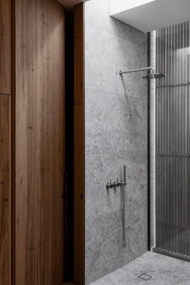 Phòng tắm được ốp lát bởi gạch granite ghi xám