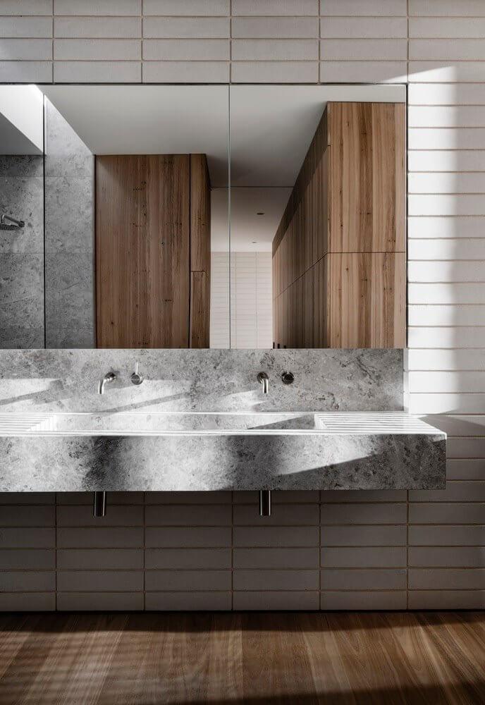 Chỗ để lavabo và gương được ốp bởi gạch trang trí