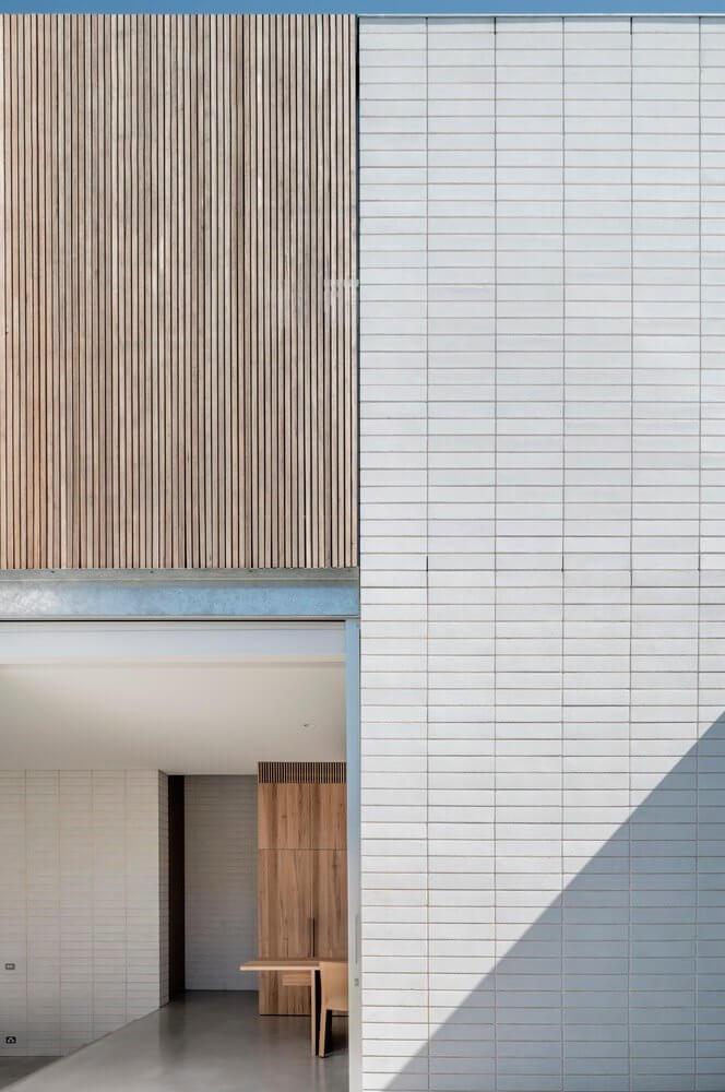 Gạch ốp chắc chắn được lát hoàn toàn ở phần tường ngoài của tòa nhà