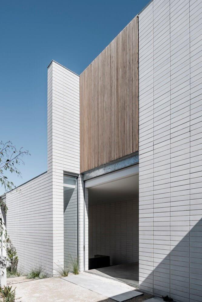Mảng tường trên được làm bằng gỗ thịt tạo điểm nhấn
