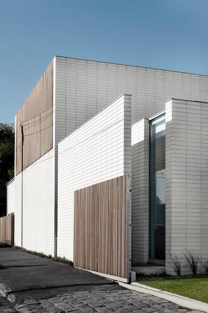 Những vách tường được ốp bởi gạch trang trí bao quanh nhà để chắn nắng
