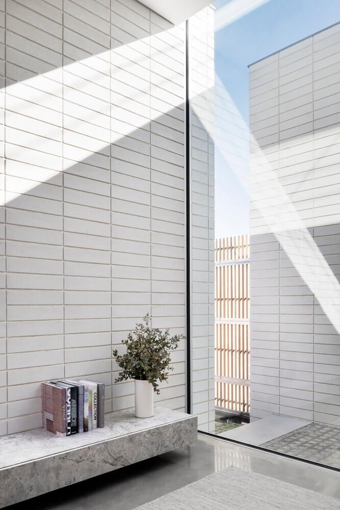 Kính cường lực đón ánh sáng phản xạ vào gạch ốp tường trang trí