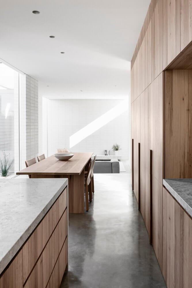 Nội thất phòng bếp và nhà ăn được làm bằng vật liệu gỗ ấm áp, mộc mạc